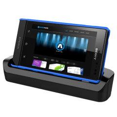 Die Xperia Sola Dockingstation synchronisiert und lädt das Smartphone ...