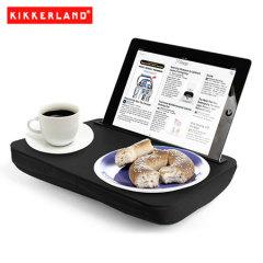 Use su tableta en la cama, en el sofá o en un avión mientra come o navega con la bandeja soporte Desk Kikkerland iBed negra. Ideal para los estudiantes, viajeros o cualquier persona con un tableta.