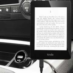 Mantenga su dispositivo Kindle Paperwhite totalmente cargado mientras conduce con este cargador de coche con cable en espiral extensible. Además tiene un puerto adicional USB para poder cargar otro aparato.