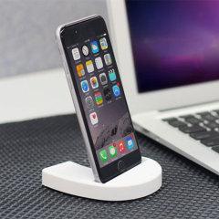 Esta pequeña y atractiva base de carga y sincronización asegura que su iPhone 6S / 6 esté siempre a mano, lo que le permite ver las notificaciones de un vistazo y mantiene su teléfono cargado completamente, mientras que le permite transferir datos entre el teléfono y un ordenador.