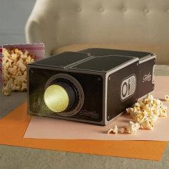 Proyecte los vídeos de su smartphone en una gran pantalla con un aumento de 8x. Portátil y fácil de usar, ligero y compacto, este proyector para smartphones de cartón es ideal para llevarlo siempre encima.