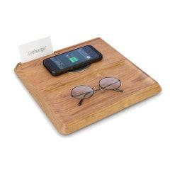 Utilisez votre smartphone ou tablette tout en la chargeant sans fil où que vous soyez avec ce Pad de chargement Qi de chez Aircharge incrusté dans un support en forme de plateau en bois. Parfait pour les étudiants, les voyageurs ou les personnes adeptes des petits déjeuners au lit.