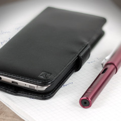 A sophisticated lightweight black genuine leather case with a magnetic fastener. The Olixar genuine leather wallet case offers perfect protection for your Samsung Galaxy S7 Edge, as well as featuring slots for your cards, cash and documents.