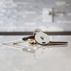Mantenga su smartphone, cartera, llaves o bolsa siempre segura a su lado con este sistema anti-pérdida. Sonará cuando el objeto donde lo lleve colocado se aleje de su lugar.