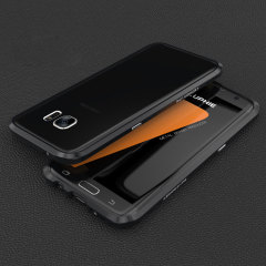 Protégez votre Samsung Galaxy S7 Edge grâce à ce bumper anti-chocs de couleur noire en aluminium. Ce bumper protège les bords et les coins extérieurs de votre smartphone tout en offrant une protection minimale pour la partie avant et arrière lorsque posé à plat sur une table. Son design somptueux sera en parfaite adéquation avec votre smartphone notamment grâce à un coloris quasi identique.