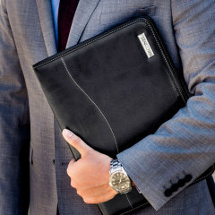 This stunning genuine leather case in black compatible with the MacBook Pro 13 with Touch Bar is slim and lightweight and designed to protect your MacBook from knocks while covering your notebook with a sleek and sophisticated design.