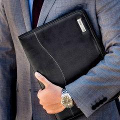Esta deslumbrante funda de cuero genuino universal es delgada y ligera y está diseñado para proteger su portátil de 13 pulgadas USB-C de golpes mientras lo cubre con un diseño elegante y sofisticado.