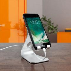 Sujete su smartphone o tableta con este elegante y minimalista soporte de aluminio. El recorte mantiene su cable de carga en buen orden y su escritorio ordenado, mientras que los puños acolchados mantener su dispositivo en la vista en modo retrato o paisaje de forma firme y segura