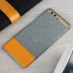 La coque Officielle Huawei P10 Plus est composée de tissu gris clair et d'une partie en simili cuir marron. L'ensemble est du plus bel effet et offre une protection globale pour votre smartphone. A la fois mince et élégante, elle ajoutera une touche de style à votre Huawei P10 Plus tout en le protégeant au quotidien.