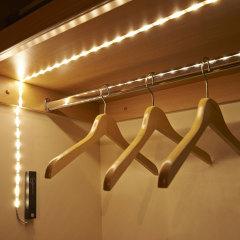 De ideale accessoire in elk 'smart' huishouden. Deze 1 meter lange strip van super heldere LED-lampjes van AGL gebruikt een slimme sensor om beweging te registreren tot een afstand van 2 meter. Breng licht in je kast, schuur of onder het bed - je kunt alles verlichten zonder snoeren.