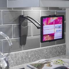 Cet ingénieux support pour tablettes vous permettra de l'utiliser sur votre bureau ou même collé à un mur pour ensuite écouter de la musique, regarder des vidéos de façon confortable ou naviguer sur internet.