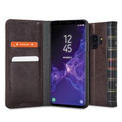 La Olixar X-Tome en marrón protege su iSamsung Galaxy S9 al igual que los libros de cuero antiguos. Con estilo clásico, función de cartera y cierre magnético, esta funda lo tiene todo.