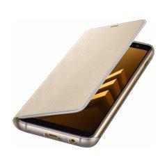 Skydda skärmen på din  Samsung Galaxy A8 2018 från skador och ha de viktigaste korten nära till hands med det officiella Flip Wallet-fodralet från Samsung.