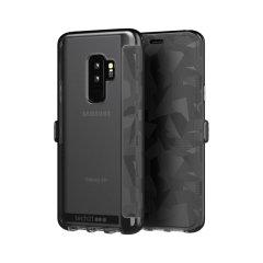 La funda Evo Wallet de Tech21 cubre con cuidado su Galaxy S9 Plus con una carcasa trasera transparente y una tapa táctil y abstracta. La funda Evo Wallet viene con 2 ranuras ocultas para tarjetas de débito, crédito o el DNI.