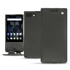 Protégez avec élégance et robustesse votre Blackberry Key2 à l'aide de la housse Noreve Tradition. Conçue à la main et dotée d'une superbe finition en cuir véritable noir, la housse Noreve offre une protection haut de gamme à votre smartphone. Légère, robuste et à la mode.