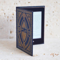 Verkleiden Sie Ihren Kindle Paperwhite stilvoll mit dem Bücherschrank im Ravenclow-Stil in Blau von KleverCase. Aus hochwertigen Materialien gefertigt, sieht dieses fantastische Bücherregal aus und fühlt sich in der Hand großartig an wie ein klassisches Vintage-Buch.
