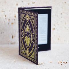Verkleiden Sie Ihren Kindle Paperwhite stilvoll mit dem Bücherschrank im Hufflepuff-Stil in Purple von KleverCase. Aus hochwertigen Materialien gefertigt, sieht dieses fantastische Bücherregal aus und fühlt sich in der Hand großartig an wie ein klassisches Vintage-Buch.