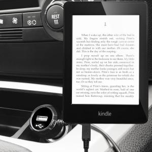 Hold din Amazon Kindle Paperwhite helt oppladet på veien med 2.4A billaderen som har en uttrekkbar spiral-kabeldesign. Som en ekstra bonus kan du lade en ekstra USB-enhet fra den innebygde USB-porten.