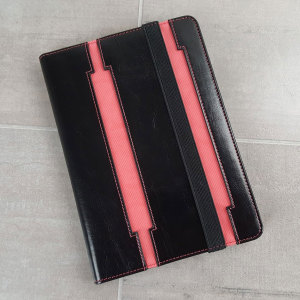This iPad mini 3 / 2 / 1 case from Olixar in black with pink trims boasts an attractive leather-style aesthetic and sturdy, robust protection for your device. Also features a stand function for easy media viewing.