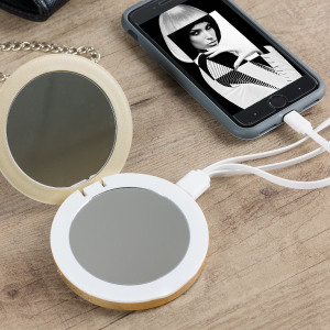 The Hyper Pearl Compact Mirror Power Bank in gold lets you charge your smartphone on the go as well as fix your make up. Perfect for all of those little emergencies, it's small and lightweight so you can keep it in your handbag for when you need it.