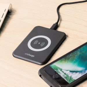 Wirelessly charge your Qi compatible smartphone or tablet with the black aircharge Slimline Qi Wireless Charging Pad with US plug. Extremely discrete and portable, the Slimline enables you to easily charge wirelessly in any environment.