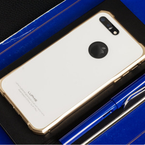 Protect your iPhone 7 Plus - front, back and sides with this unique gold aluminium bumper with white glass back. The bumper protects the outer edges while the tempered glass back plate protects the rear, providing a stunning finish in the process.