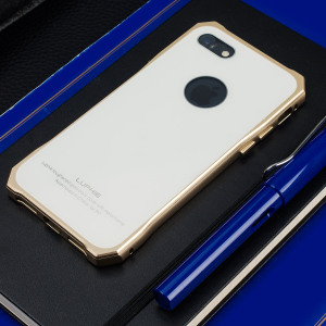 Protect your iPhone 7 - front, back and sides with this unique gold aluminium bumper with white glass back. The bumper protects the edges while the tempered glass back plate protects the rear, providing a stunning finish in the process.
