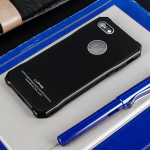 Protégez la face arrière  les cotés ainsi que les touches de votre iPhone 7 avec cette coque au design unique. La partie ressemblant à un bumper protège les angles et la partie en verre renforcé protège l'arrière avec classe.