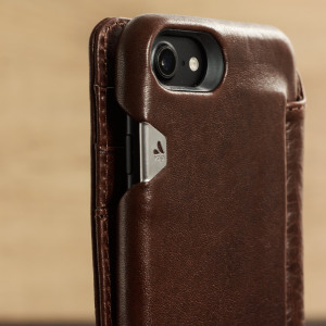 Treat your iPhone 7 to exquisite handmade craftsmanship and the highest quality materials. Featuring genuine tanned bridge leather and 3 card slots, the Vaja Wallet Agenda premium leather case in brown is something special.
