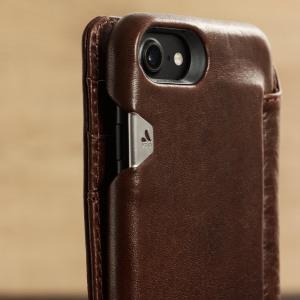Offrez à votre iPhone 7 une des plus belles des housses fabriquée main avec les meilleurs matériaux. En cuir tanné véritable, la housse Vaja Portefeuille Agenda est une housse unique très distinguée possédant 3 emplacements pour ranger ses cartes de crédit.