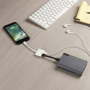 Cet adaptateur + câble MFI (Conçu pour iPhone) RockStar de chez Belkin crée 1 port Lightning supplémentaire, vous permettant par exemple d'écouter de la musique sur votre iPhone 7 avec des écouteurs tout en le chargeant.