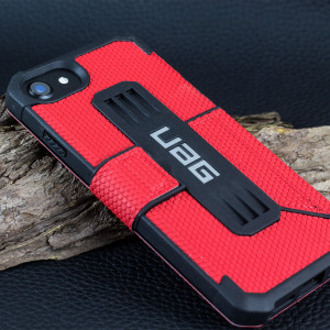 Equip your iPhone 8 / 7 with extreme, military-grade protection and storage for cards with the Metropolis Rugged Wallet case in red from UAG. Impact and water resistant, this is the ideal way of protecting your phone and providing card storage.