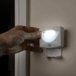 Llevar la luz a los rincones más oscuros de cualquier habitación o pasillo con esta lámpara práctica sensible al movimiento que se puede montar en un soporte o llevar por separado como una linterna con LEDs de gran alcance. Añade iluminación ambiental y muchos beneficios para la seguridad también.