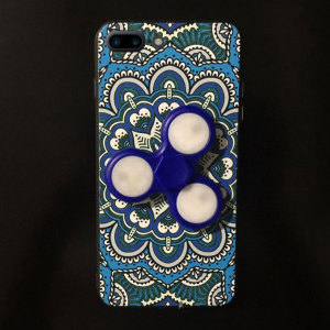 This stylish, fun blue Olixar case for the iPhone 7 Plus is equipped with a fidget spinner, allowing you to de-stress while you read emails, reply to messages and more. Sports an intricate, well-crafted pattern design and offers superior protection.