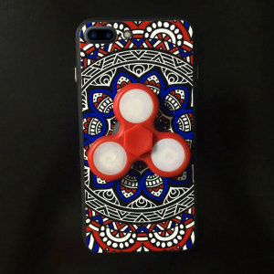 This stylish, fun red / blue Olixar case for the iPhone 8 / 7 Plus is equipped with a fidget spinner, allowing you to de-stress while you read emails, reply to messages and more. Sports an intricate, well-crafted pattern design & offers superior protectio
