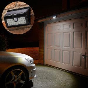 Sécurisez l'extérieur de votre maison, appartement ou bureau grâce à cette lampe LED s'alimentant via énergie solaire disposant d'un détecteur de mouvements. Elle intègre 20 LEDs puissantes, 3 modes, une batterie de 2200mAh pouvant prendre le relai toute la nuit et dispose de la norme IP65 lui permettant de résister aux intempéries.
