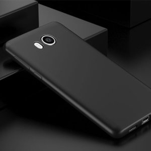 Custom moulded for the HTC U11 Life, this solid black FlexiShield case by Olixar provides slim fitting and durable protection against damage.
