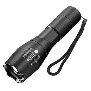 Légère et robuste, cette lampe torche sera parfaite pour toute expédition extérieure. Elle dispose de 5 modes lumineux dont SOS, possède un zoom ajustable, 2 types de puissances de piles, un revêtement en aluminium très solide ainsi qu'une puissance de 500 lumens.