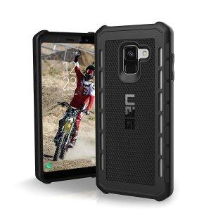 Skalet från Urban Armour Gear till Samsung Galaxy A8 Plus 2018 har ett skyddande TPU-skal med en borstad metall-logotyp för en fantastisk design.