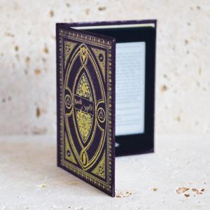 Disguise your Kindle Paperwhite in style with the Hufflepuff style book case in Purple from KleverCase. Crafted from premium materials, this fantastic book case looks and feels great in hand just like a vintage classic book.