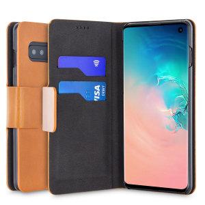 Schützen Sie Ihr Samsung Galaxy S10 mit dieser robusten und stilvollen braunen Brieftasche im Leder-Stil von Olixar. Darüber hinaus verwandelt sich dieses Gehäuse in einen praktischen Ständer zur Betrachtung von Medien.