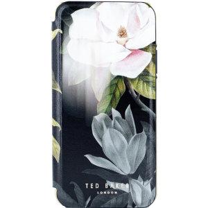 Protégez votre iPhone 11 Pro Max en lui ajoutant un style floral élégant avec la coque Ted Baker Folio Opale sur fond noir. Mince et parfaitement ajustée, elle arbore un style floral unique tout en offrant une protection exceptionnelle à votre téléphone, y compris contre les chutes et autres dommages.