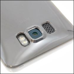 Vue détaillée des découpes pour appareil photo et haut-parleur de la coque FlexiShield Transparente pour HTC HD2