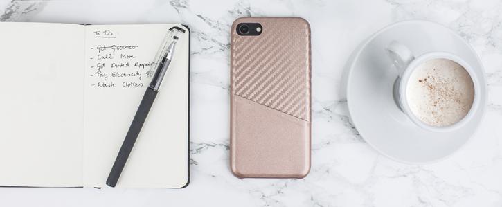 Coque iPhone 8 / 7 Olixar effet carbone avec range carte – Or rose vue sur appareil photo